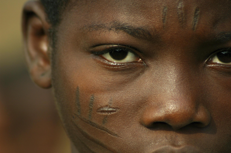 Des scarifications sur le visage d'une personne originaire du Bénin.