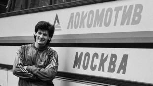 Dale Mulholland en 1980 devant le bus du Lokomotiv Moscou, lors d'un déplacement.