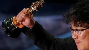 Режиссер фильма «Паразиты» Пон Чжун Хо со своим «Оскаром»