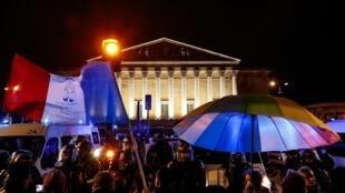 Quelques centaines de personnes opposées à la réforme des retraites se sont rassemblées dans le calme à Paris près de l'Assemblée nationale pour dire «non au 49.3», le 29 février 2020.