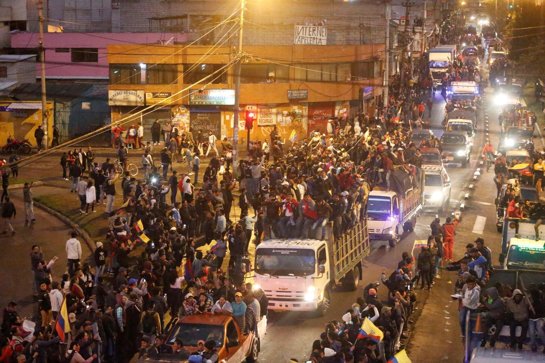 Manifestantes recebem indígenas que chegam à capital Quito, para manifestação e greve de 9 de outubro, no Equador