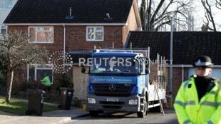 Cảnh sát canh gác trước nơi ở của cựu điệp viên Nga Sergei Skripal tại Salisbury, Anh Quốc. Ảnh 9/01/2019.