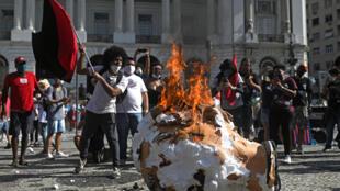Manifestantes queman un monigote representando al presidente Jair Bolsonaro, durante una manifestación este sábado contra el presidente brasileño en Rio de Janeiro