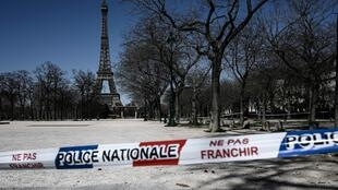Un cordón policial impide acceder al parque cerrado junto a la Torre Eiffel de París el 23 de marzo de 2020