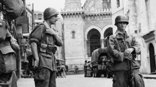 Troupes françaises  bouclent un quartier d'Alger - 1956