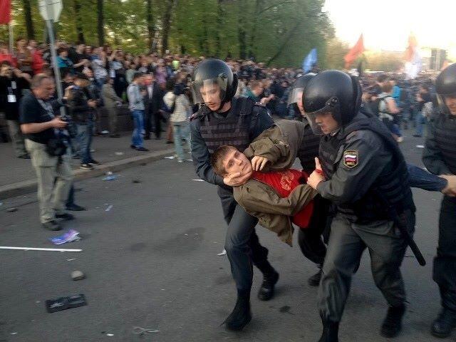 Задержание Максима Панфилова на Болотной площади 6 мая 2012 года