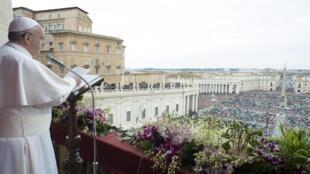 Papa Francisco  falando aos fiéis na Praça São Pedro 2015