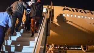 Петер Шериф поднимается на трап самолета AirFrance в аэропорту Джибути