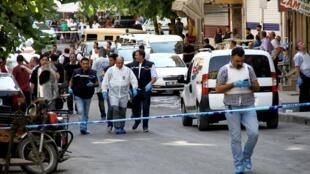 Investigadores no local do atentado contra policiais em Diyarbakir, na fronteira entre Turquia e Síria.