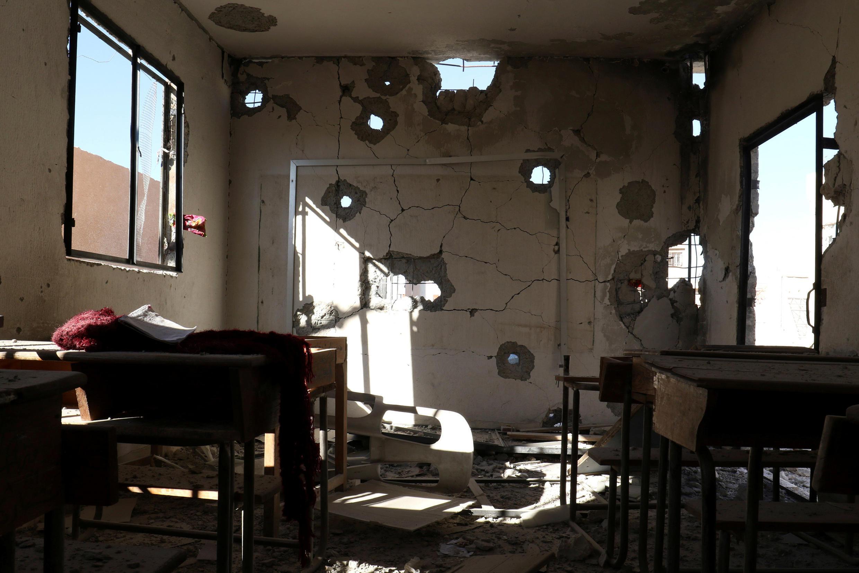 Класс, разрушенный в результате авиаудара в среду, 26 октября, Хасс, Сирия.