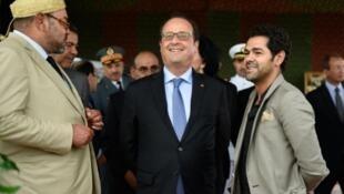 (Kutoka kushoto kwenda kulia): Mfalme Mohammed VI wa Morocco, Rais François Hollande na Jamel Debbouze kushiriki wakizungumza wakati wa mapumziko katika mji wa Tanger ,Septemba 20, 2015.