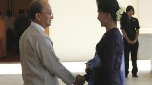 Le président Thein Sein accueille la députée de l'opposition Aung San Suu Kyi, au palais présidentiel, le jeudi 30 octobre 2014.
