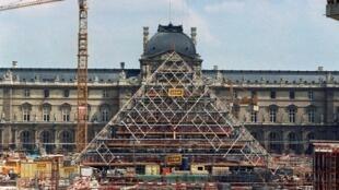 Une photo de la pyramide du Louvre en construction, le 7 août 1987 à Paris.