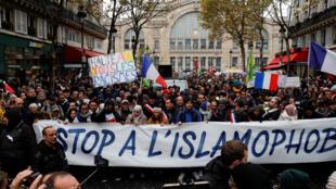 """Марш против исламофобии в Париже 10 ноября 2019 года. Один из его организаторов — бывший директор CCIF Маруан Мухаммад — призывал манифестантов скандировать """"Аллах Акбар""""."""