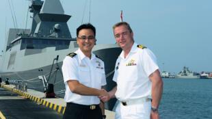 Sĩ quan chỉ huy hải quân Singapore và Úc trong lễ khai mạc cuộc tập trận Singaroo (nguồn: http://www.mindef.gov.sg)