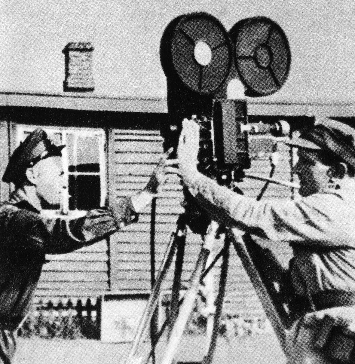 Роман Кармен и Адольф Форберт на съемках в Майданеке, июль 1944 (архив)
