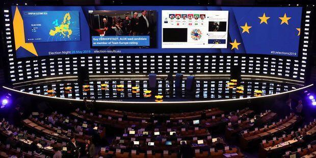歐盟總部屏幕顯示的法國首批出口民調結果