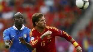 Mario Balotelli (g.) et Sergio Ramos (d.) à la lutte pour le ballon.