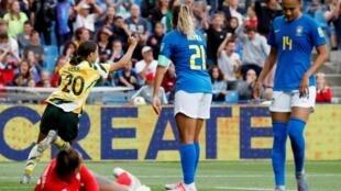 A atacante Kerr comemora um dos gols das australianas na vitória de 3 a 2 sobre o Brasil em Montpellier.