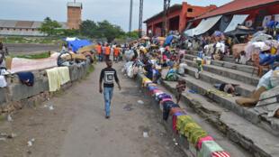 Le stade Malula, où des Congolais (RDC) sont rassemblés à leur retour de Brazzaville, a des allures de camp spontané de réfugiés.