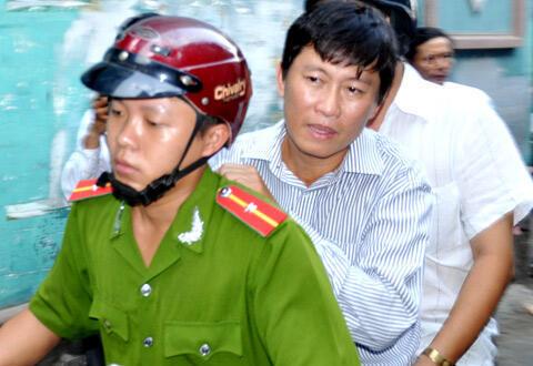 Phóng viên Hoàng Khương bị đưa về cơ quan điều tra (DR)