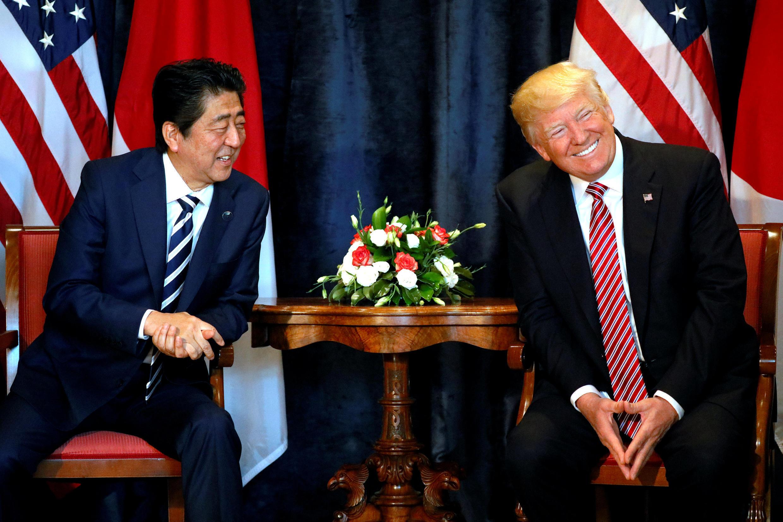 Tổng thống Mỹ Donald Trump (P) và thủ tướng Nhật Bản Shinzo Abe tại thượng đỉnh G7, tổ chức ở Taormina, Sicily, Ý, ngày 26/05/2017.