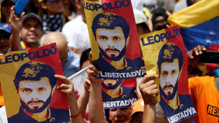 Manifestantes levantan pancartas con el rostro del opositor Leopoldo López durante una protesta contra el gobierno el pasado 9 de julio.