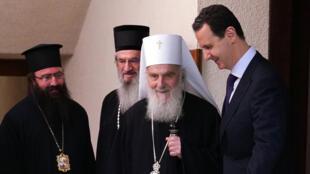 Rencontre entre Bachar el-Assad et le patriarche serbe Irinej. Cette photographie a été publiée par l'agence de presse officielle syrienne le 3 juin 2019.