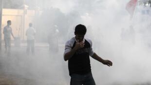 Entre los gases lacrimógenos se ve a un manifestante en la localidad de Diraz (chiita), al oeste de Manama, el 25 de marzo de 2011.