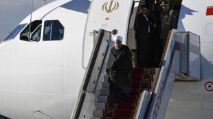 (Photo d'illustration) Le président iranien Hassan Rohani à la sortie de son avion lors d'une visite à Moscou, le 27 mars 2017.