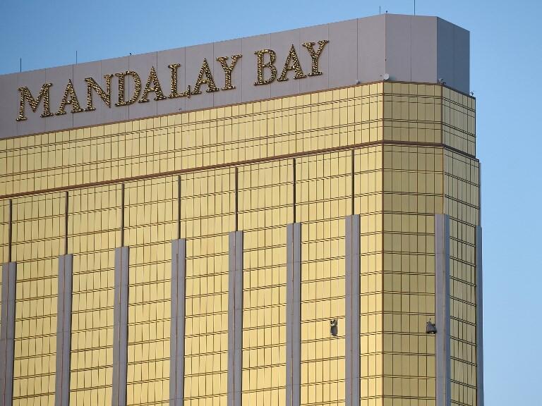 Akitumia kifaa kama nyundo, mshambuliaji aliivunja madirisha ya chumba chake ili aweze kufyatua risasi vizuri, kutoka ghorofa ya 32 ya Hoteli ya Mandalay, Las Vegas.