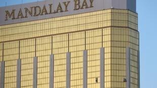 美國拉斯維加斯曼德勒灣度假村酒店32層房間被打破的玻璃窗