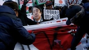 韩国民间团体在日本使馆前抗议日相安倍参拜靖国神社2013年12月27日首尔