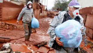 L'état d'urgence a été décrété à Devecser, un des sept villages envahis par la boue, le 5 octobre 2010.
