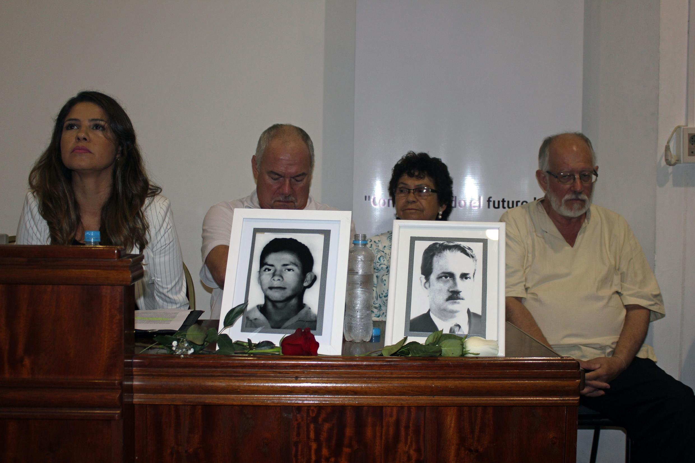 De gauche à droite : la vice-ministre de la Justice Cecilia Perez Rivas, Rogelio Goiburu, directeur des équipes de recherches des disparus, Laurenza Vera Baez devant le portrait de son frère Castulo et Jorge Miguel Soler, devant le portrait de son père Mig