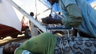 Un médecin cubain examine une femme enceinte au stade national, à Port-au-Prince, le 3 février 2010.