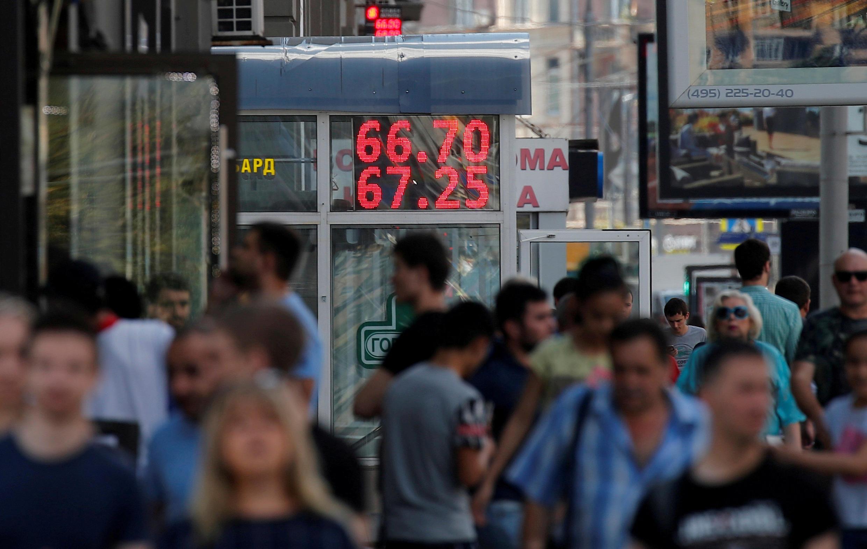 В настоящий момент падение курса рубля пока не ощущается для обычных потребителей, однако, уже в скором времени оно сильно ударит по инфляции