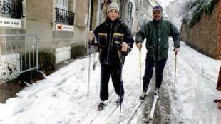 Moradores de Rodez, no sul da França, utilizam ski para se deslocar na cidade. Foto de arquivo.