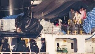 Cảnh sát biên phòng Canada lên con tàu MV Sun Sea chở 490 người tị nạn Sri Lanka để kiểm tra.