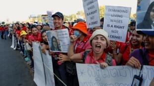 Des employés de NagaWorld manifestent pour un salaire plus élevé et de meilleures conditions de travail devant le complexe hôtelier et casino à Phnom Penh, le 9 janvier 2020.