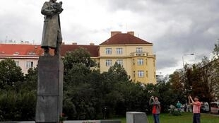 Памятник советскому маршалу Коневу появился в Праге в 1980 году. Его неоднократно обливали красной краской. Администрация района решила перенести его в музей