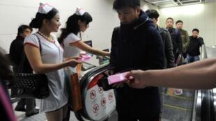中国河北武汉艾滋病关注群体向地铁乘客发放避孕套资料图片