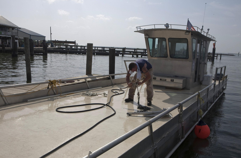 Embarcações que operam na zona do vazamento poderão retomar os trabalhos após passagem da tempestade tropical Bonnie pelo Golfo do México.