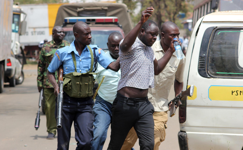 wafyasi wa kinara wa upinzani nchini Kenya Raila Odinga wakitiwa nguvuni na Polisi Feb 6 jijini Nairobi wakati wakiandamana kudaia kuwachgiwa huru kwa mwanaharakati Miguna wa Miguna