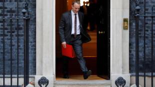 دومینیک راب، وزیر امور خارجۀ بریتانیا، هنگام خروج از «١٠ داونینگ استریت»، ساختمان نخست وزیری این کشور