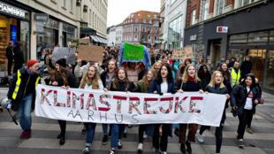 Estudiantes marchan en Aarhus, Dinamarca, el 15 de marzo de 2019.
