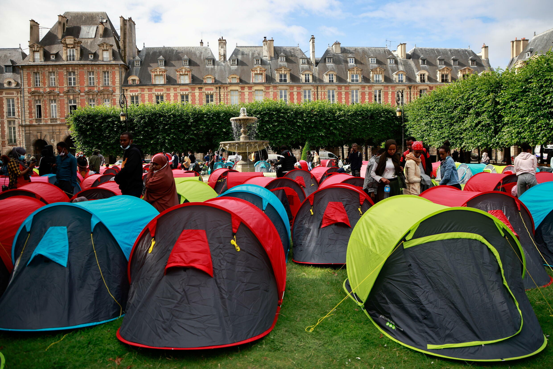7月30日,巴黎孚日广场,人权组织和难民在广场上扎营呼吁社会关注他们的境遇。