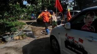Désinfection dans les rues de la ville de Yangon pour lutter contre le coronavirus en Birmanie. Le 13 septembfe 2020.