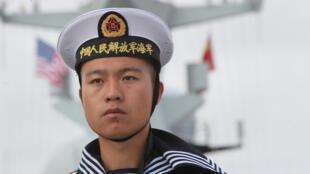 """Lính Hải quân của khu trục hạm Trung Quốc """"Ích Dương - Yancheng"""" lúc cập bến San Diego, California, Mỹ, trong 6 ngày viếng thăm vào tháng 12/2016."""