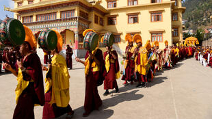 Des moines bouddhistes tibétains exilés participent à une procession de prière au monastère de Choeling à Katmandou le 10 mars 2020, une date qui marque le 61e anniversaire du jour du soulèvement tibétain de 1959. (Image d'illustration)